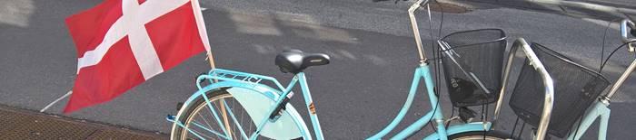 blaues Fahrrad mit Flagge in Kopenhagen