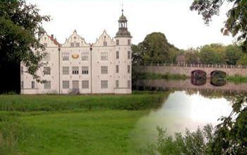 Das Ahrensburg mit der Schlossbrücke