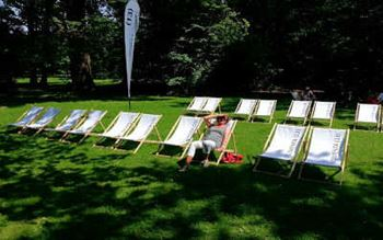 Liegestühle auf der Documenta 2013