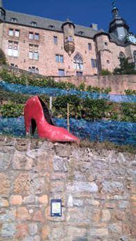Der rote Schuh am Marburger Schloss