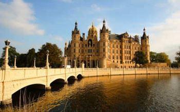 Schloss Schwerin mit Brücke