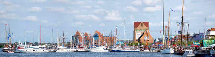 Blick über den Rostocker Stadthafen während der Hanse Sail