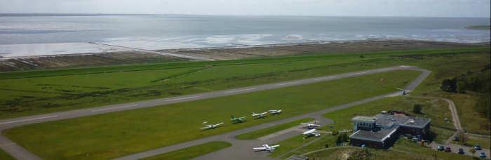 Norderney von oben - mit Strand und Flugplatz