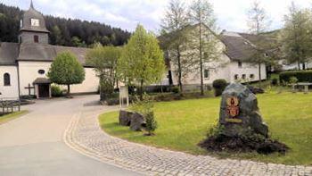 Titmaringhausen -Ortsmitte mit der St. Antonius-Kirche im Hintergrund