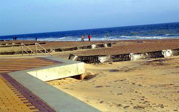 Strand mit Promenade (Links)