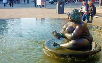 Brunnenfigur - dicke Frau