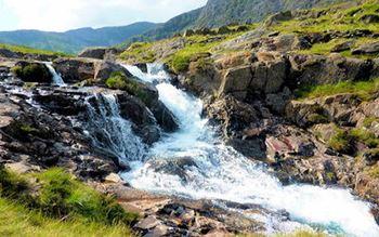 Felsen mit Wasserfall