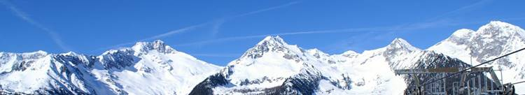 Schneebedeckte Bergkuppen in Südtirol