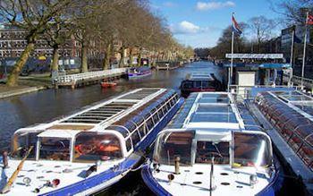 Ausflugsboote im Kanal
