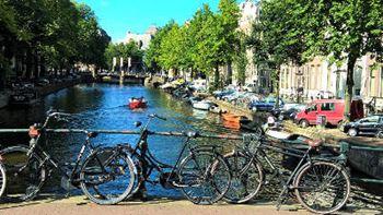 Fahrräder an Brücke in Amsterdam