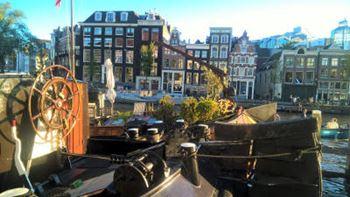 Boot vor schöner Kulisse in Amsterdam
