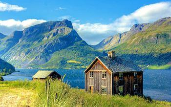 Haus vor Bergsee
