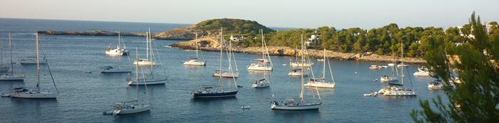 Seegelboote im Hafen von portinatx auf Ibiza