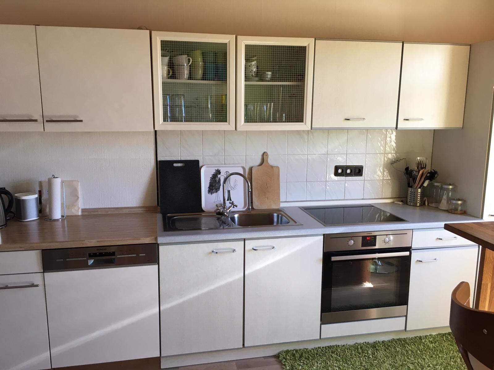 Küche mit Herd + Ceranfeld und Spühlmaschine.
